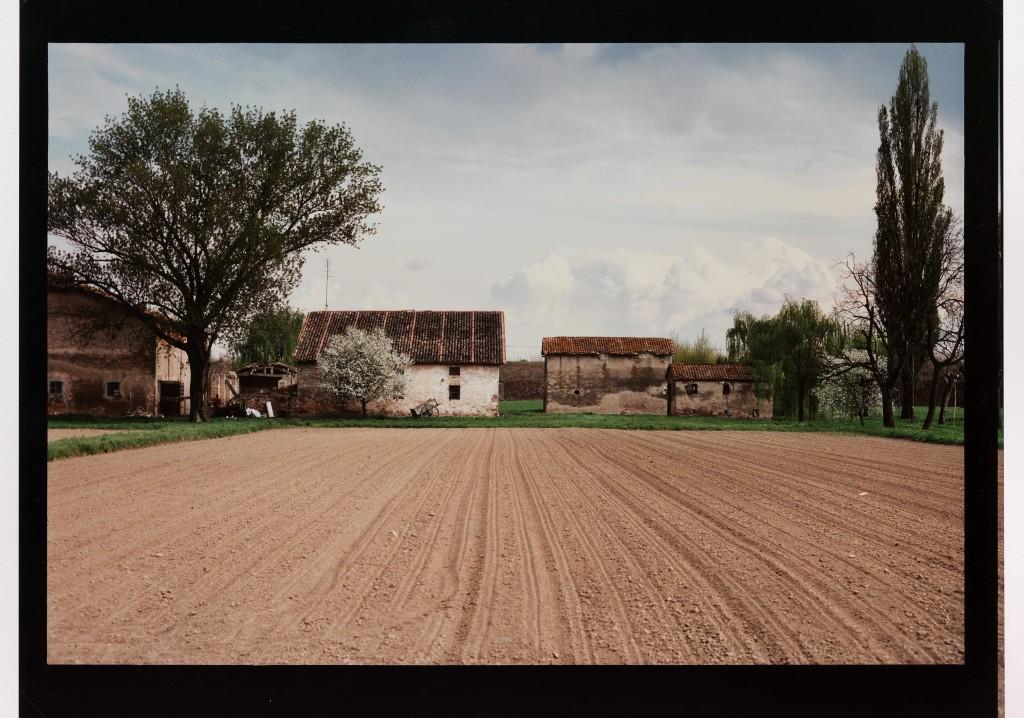 Luigi Ghirri Paesaggi d'aria Cadecoppi – Dalla strada per Finale Emilia, 1989 – 1990 40,5x51 Fondo Ghirri, Fondazione Querini Stampalia